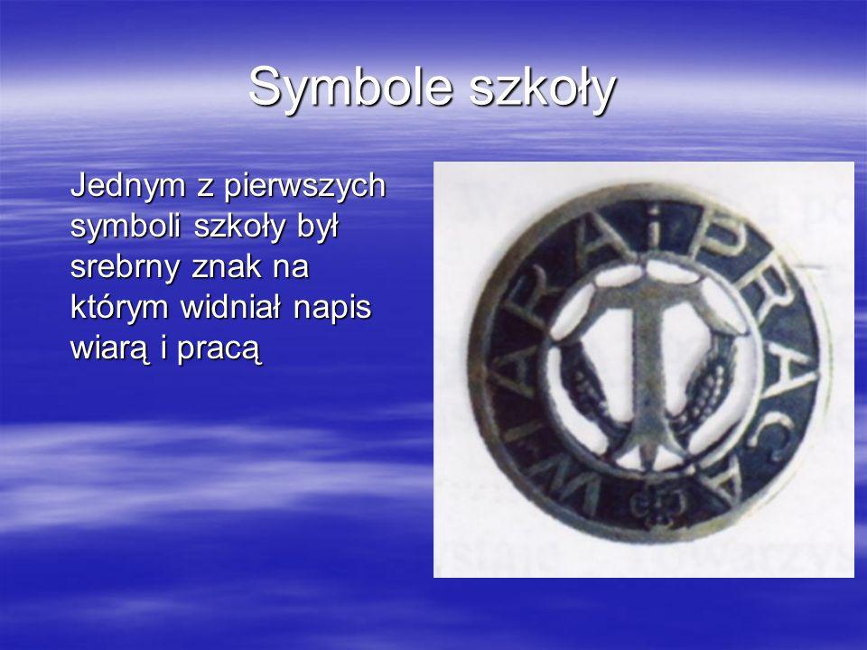 Symbole szkoły Jednym z pierwszych symboli szkoły był srebrny znak na którym widniał napis wiarą i pracą.