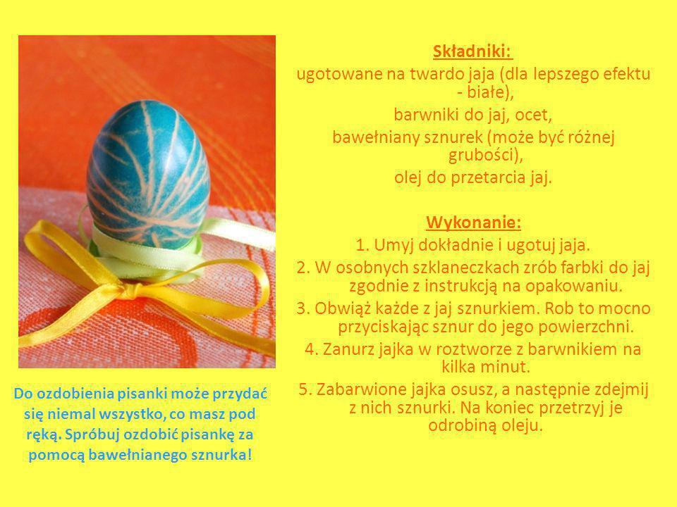 Składniki: ugotowane na twardo jaja (dla lepszego efektu - białe), barwniki do jaj, ocet, bawełniany sznurek (może być różnej grubości), olej do przetarcia jaj. Wykonanie: 1. Umyj dokładnie i ugotuj jaja. 2. W osobnych szklaneczkach zrób farbki do jaj zgodnie z instrukcją na opakowaniu. 3. Obwiąż każde z jaj sznurkiem. Rob to mocno przyciskając sznur do jego powierzchni. 4. Zanurz jajka w roztworze z barwnikiem na kilka minut. 5. Zabarwione jajka osusz, a następnie zdejmij z nich sznurki. Na koniec przetrzyj je odrobiną oleju.