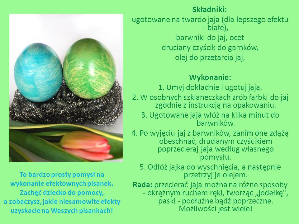 """Składniki: ugotowane na twardo jaja (dla lepszego efektu - białe), barwniki do jaj, ocet druciany czyścik do garnków, olej do przetarcia jaj, Wykonanie: 1. Umyj dokładnie i ugotuj jaja. 2. W osobnych szklaneczkach zrób farbki do jaj zgodnie z instrukcją na opakowaniu. 3. Ugotowane jaja włóż na kilka minut do barwników. 4. Po wyjęciu jaj z barwników, zanim one zdążą obeschnąć, drucianym czyścikiem poprzecieraj jaja według własnego pomysłu. 5. Odłóż jajka do wyschnięcia, a następnie przetrzyj je olejem. Rada: przecierać jaja można na różne sposoby - okrężnym ruchem ręki, tworząc """"jodełkę , paski - podłużne bądź poprzeczne. Możliwości jest wiele!"""