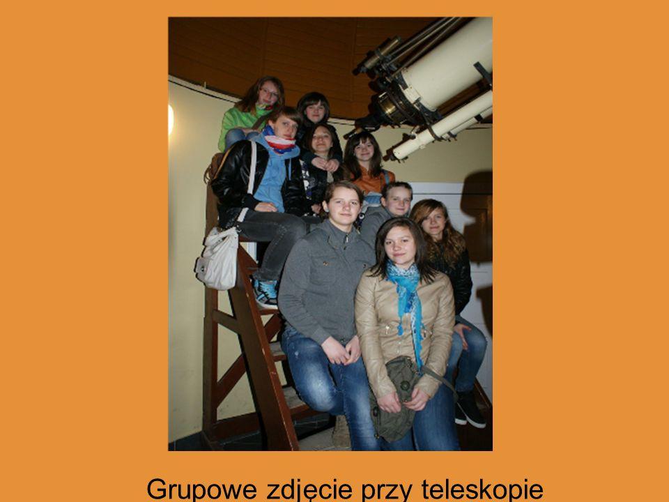 Grupowe zdjęcie przy teleskopie