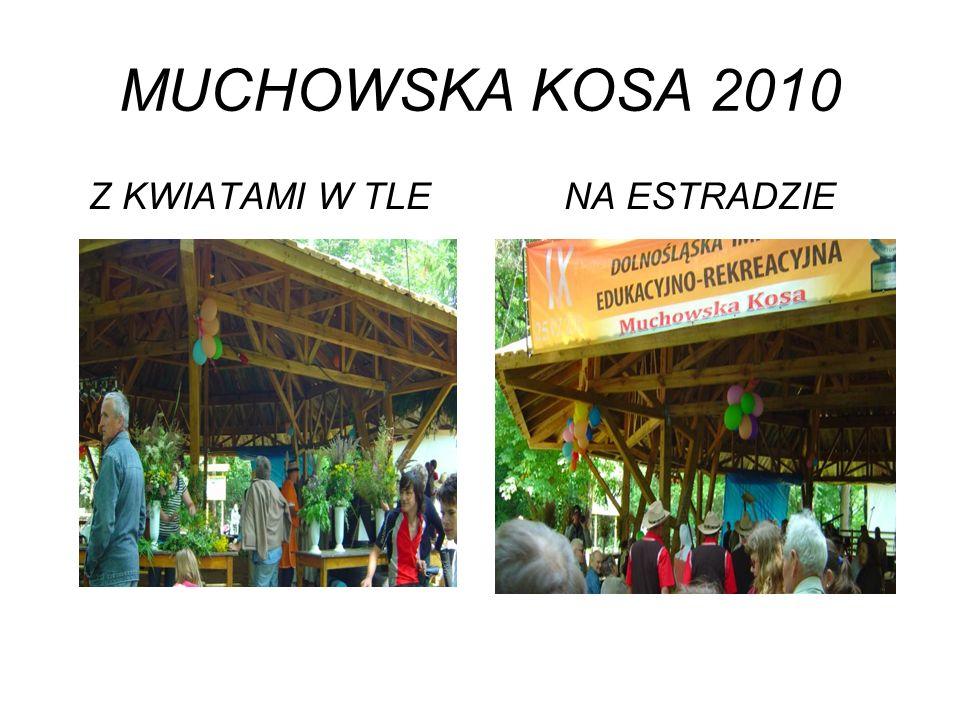MUCHOWSKA KOSA 2010 Z KWIATAMI W TLE NA ESTRADZIE