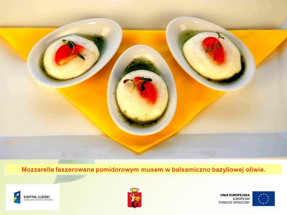 Mozzarella faszerowana pomidorowym musem w balsamiczno bazyliowej oliwie.