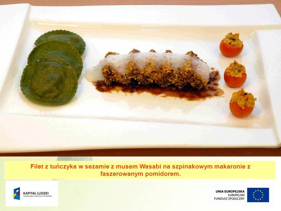 Filet z tuńczyka w sezamie z musem Wasabi na szpinakowym makaronie z faszerowanym pomidorem.