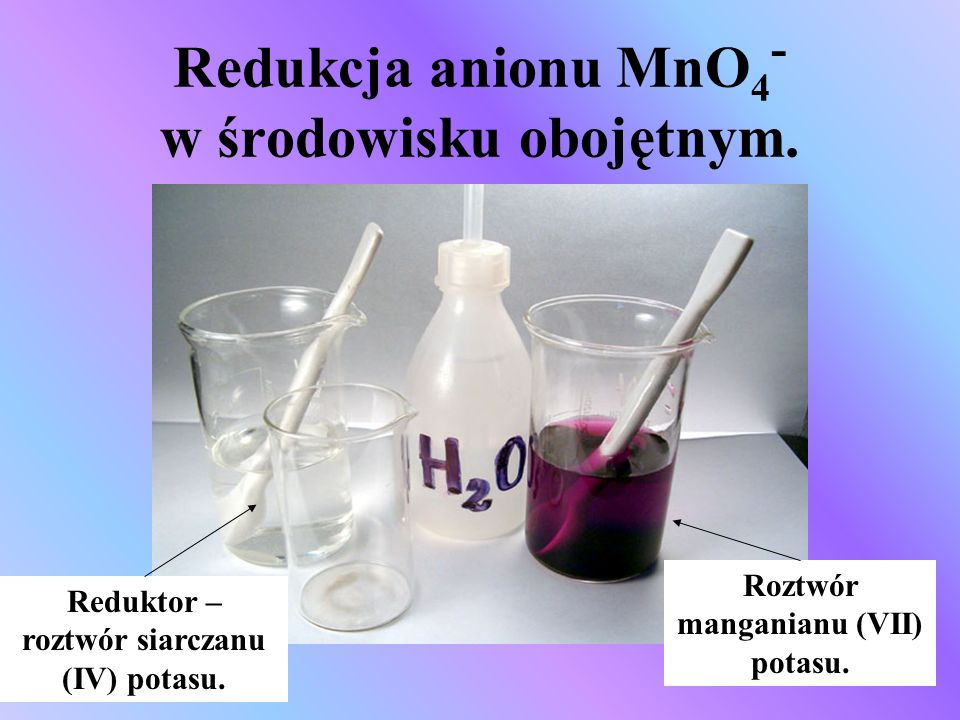 Redukcja anionu MnO4- w środowisku obojętnym.