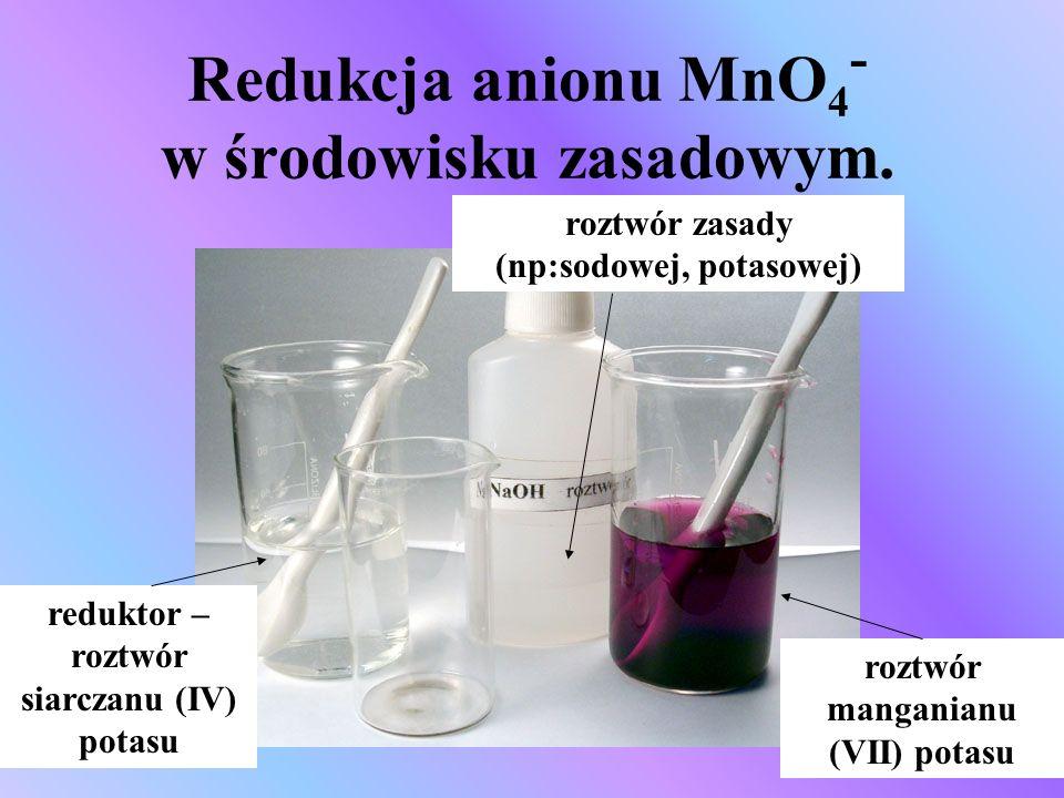 Redukcja anionu MnO4- w środowisku zasadowym.
