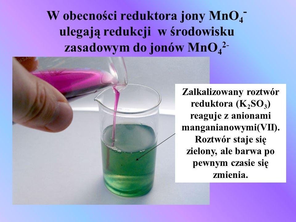 W obecności reduktora jony MnO4- ulegają redukcji w środowisku zasadowym do jonów MnO42-