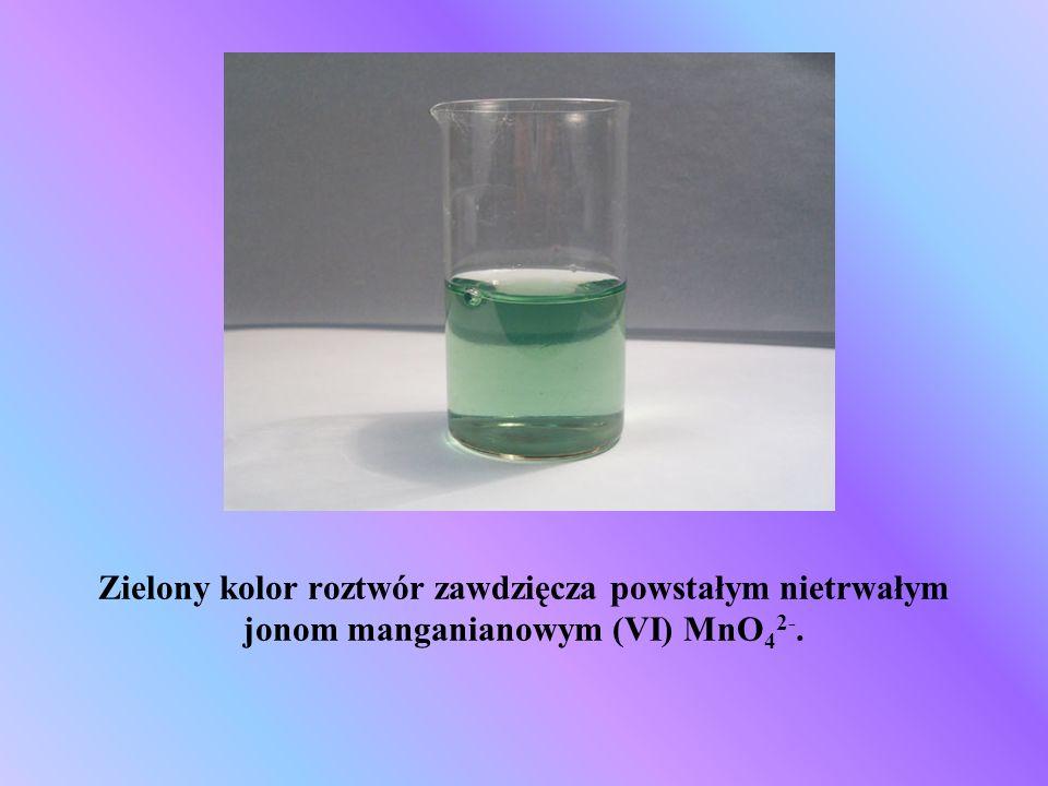 Zielony kolor roztwór zawdzięcza powstałym nietrwałym jonom manganianowym (VI) MnO42-.