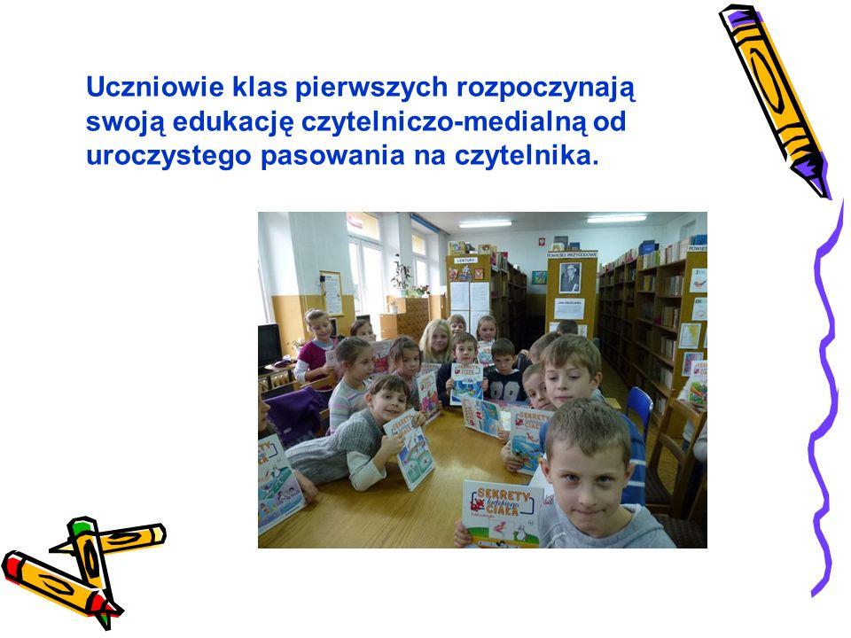 Uczniowie klas pierwszych rozpoczynają swoją edukację czytelniczo-medialną od uroczystego pasowania na czytelnika.
