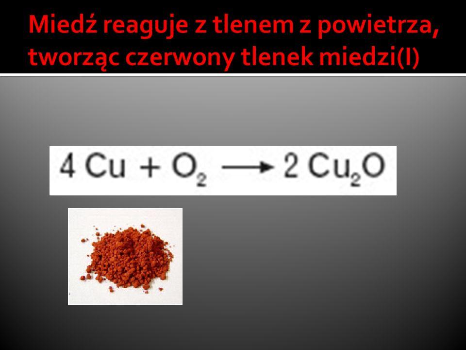Miedź reaguje z tlenem z powietrza, tworząc czerwony tlenek miedzi(I)
