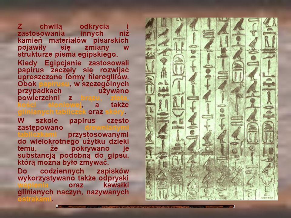 Z chwilą odkrycia i zastosowania innych niż kamień materiałów pisarskich pojawiły się zmiany w strukturze pisma egipskiego.