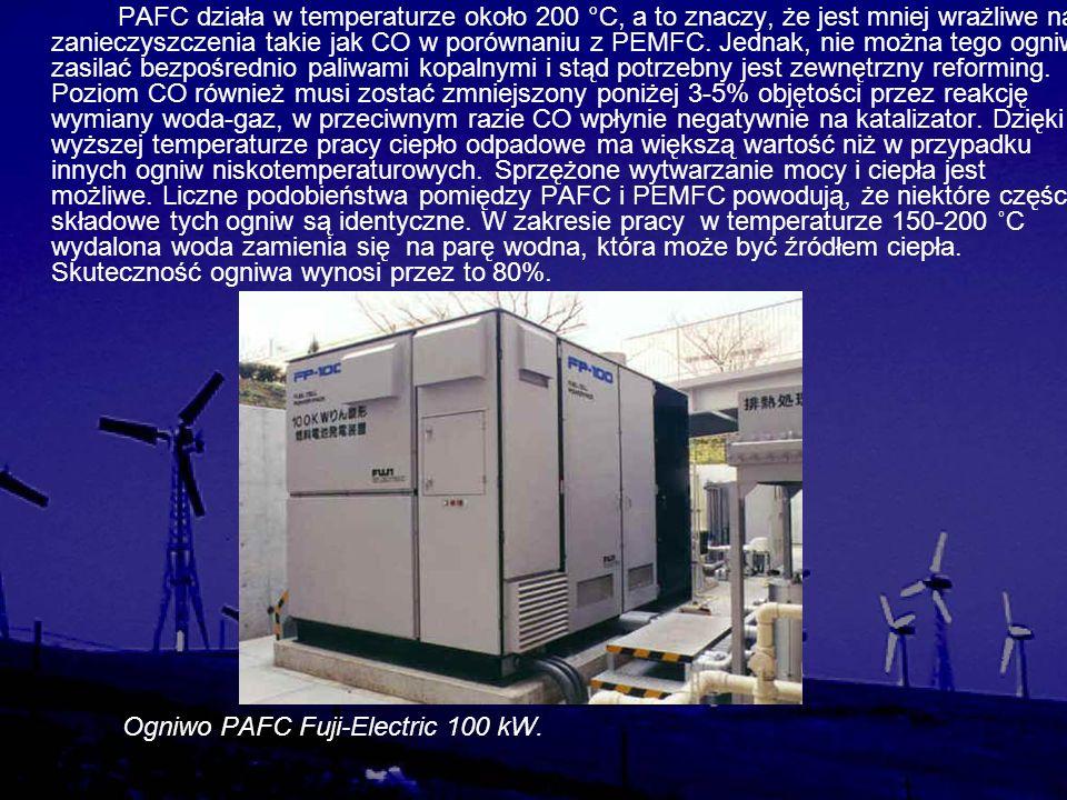 PAFC działa w temperaturze około 200 °C, a to znaczy, że jest mniej wrażliwe na zanieczyszczenia takie jak CO w porównaniu z PEMFC. Jednak, nie można tego ogniwa zasilać bezpośrednio paliwami kopalnymi i stąd potrzebny jest zewnętrzny reforming. Poziom CO również musi zostać zmniejszony poniżej 3-5% objętości przez reakcję wymiany woda-gaz, w przeciwnym razie CO wpłynie negatywnie na katalizator. Dzięki wyższej temperaturze pracy ciepło odpadowe ma większą wartość niż w przypadku innych ogniw niskotemperaturowych. Sprzężone wytwarzanie mocy i ciepła jest możliwe. Liczne podobieństwa pomiędzy PAFC i PEMFC powodują, że niektóre części składowe tych ogniw są identyczne. W zakresie pracy w temperaturze 150-200 ˚C wydalona woda zamienia się na parę wodna, która może być źródłem ciepła. Skuteczność ogniwa wynosi przez to 80%.