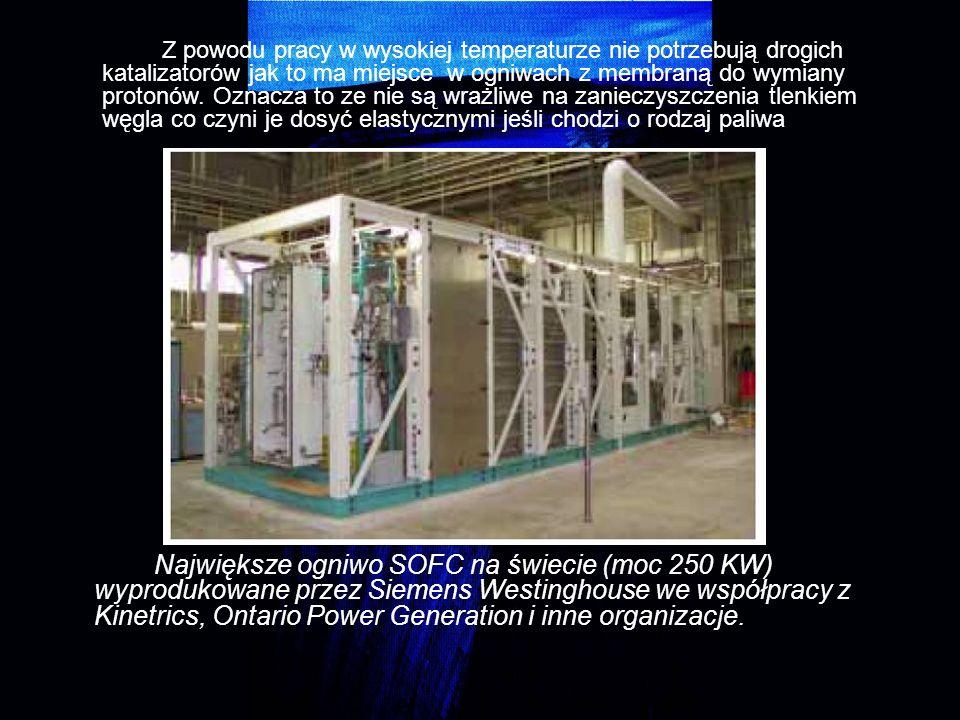 Z powodu pracy w wysokiej temperaturze nie potrzebują drogich katalizatorów jak to ma miejsce w ogniwach z membraną do wymiany protonów. Oznacza to ze nie są wrażliwe na zanieczyszczenia tlenkiem węgla co czyni je dosyć elastycznymi jeśli chodzi o rodzaj paliwa