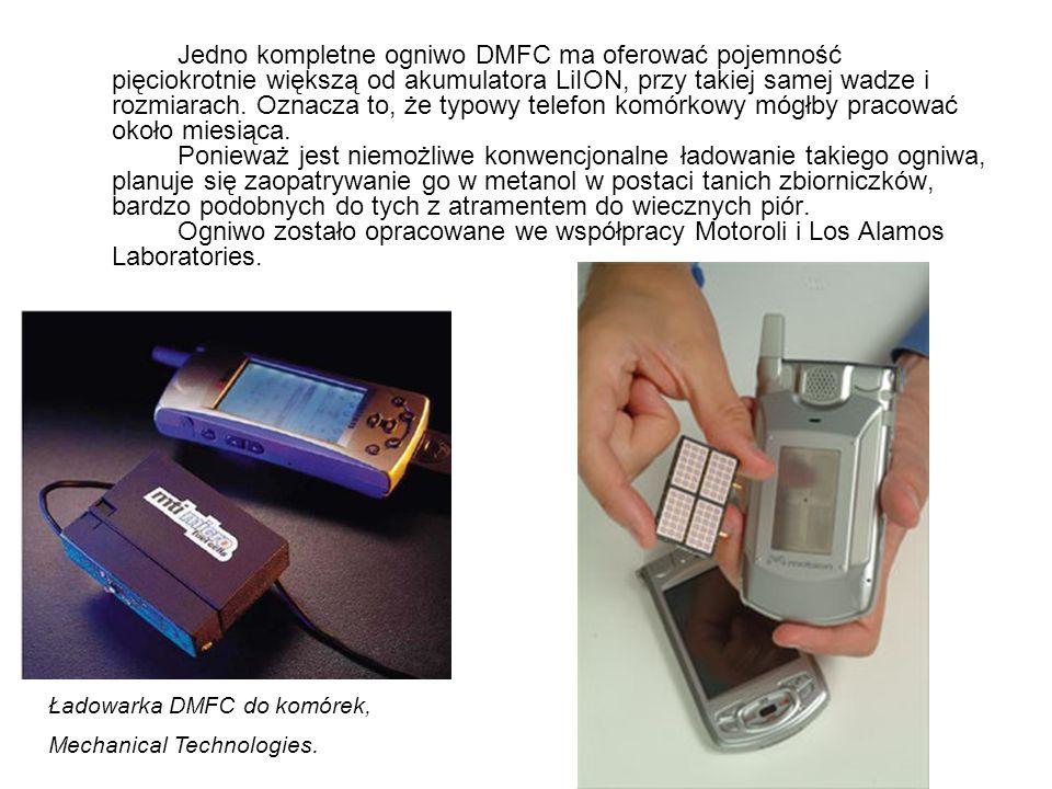 Jedno kompletne ogniwo DMFC ma oferować pojemność pięciokrotnie większą od akumulatora LiION, przy takiej samej wadze i rozmiarach. Oznacza to, że typowy telefon komórkowy mógłby pracować około miesiąca. Ponieważ jest niemożliwe konwencjonalne ładowanie takiego ogniwa, planuje się zaopatrywanie go w metanol w postaci tanich zbiorniczków, bardzo podobnych do tych z atramentem do wiecznych piór. Ogniwo zostało opracowane we współpracy Motoroli i Los Alamos Laboratories.