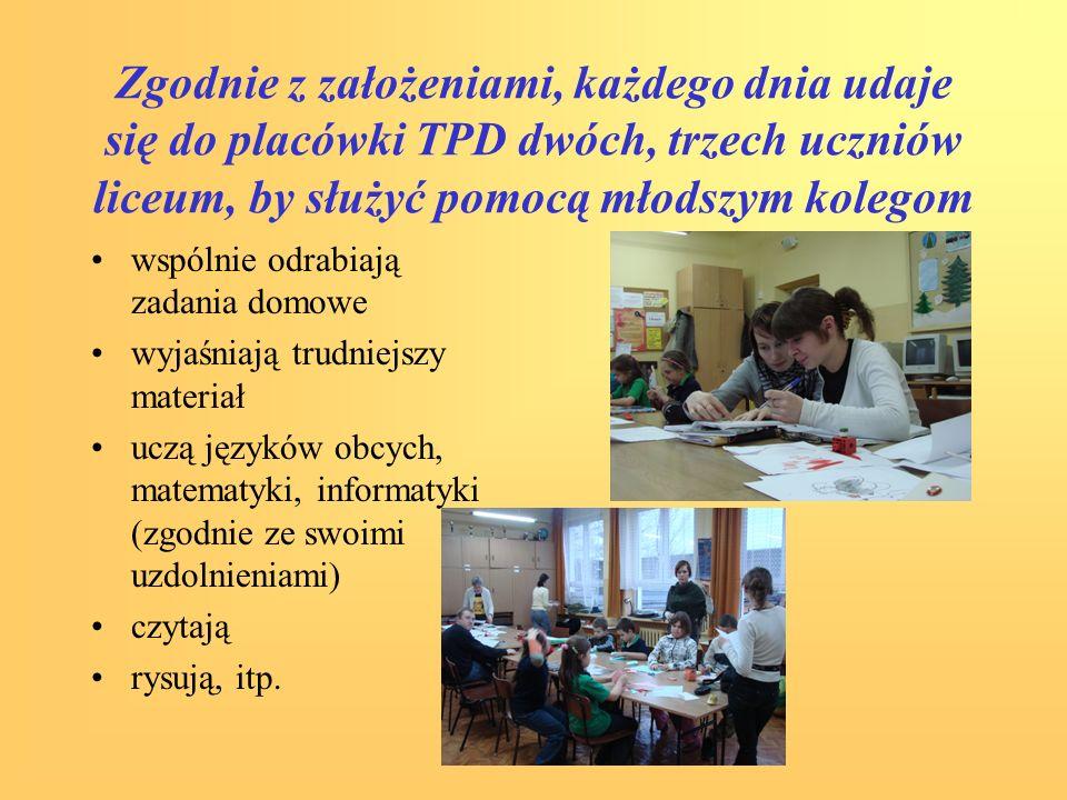 Zgodnie z założeniami, każdego dnia udaje się do placówki TPD dwóch, trzech uczniów liceum, by służyć pomocą młodszym kolegom