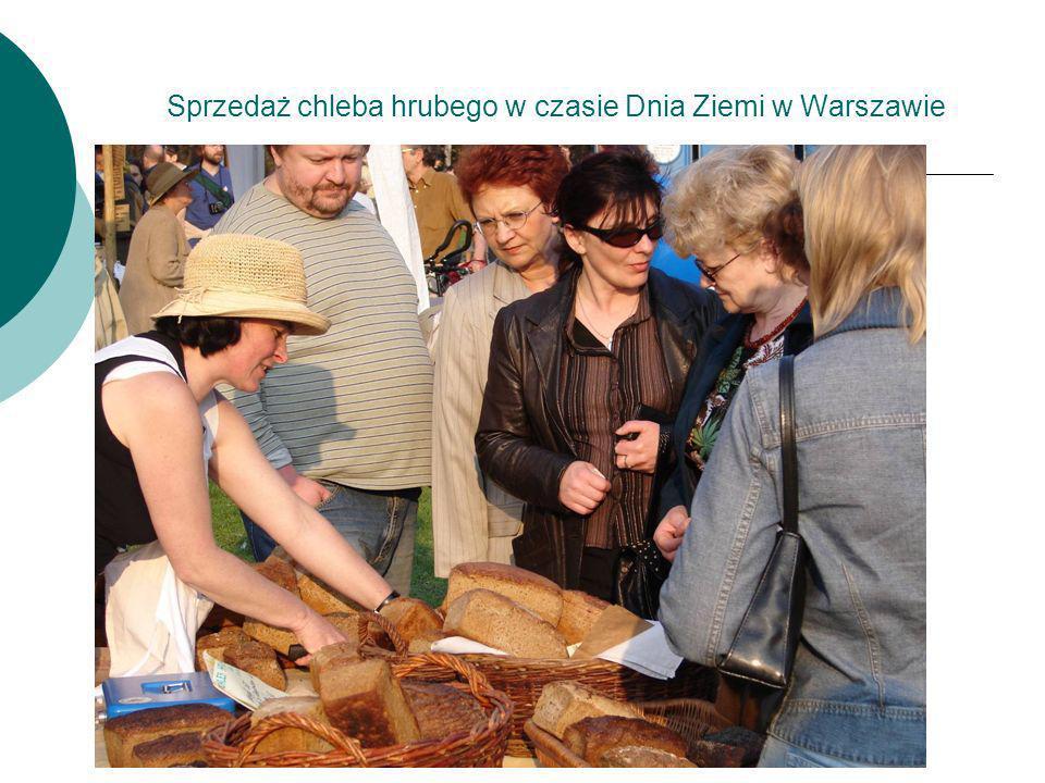 Sprzedaż chleba hrubego w czasie Dnia Ziemi w Warszawie