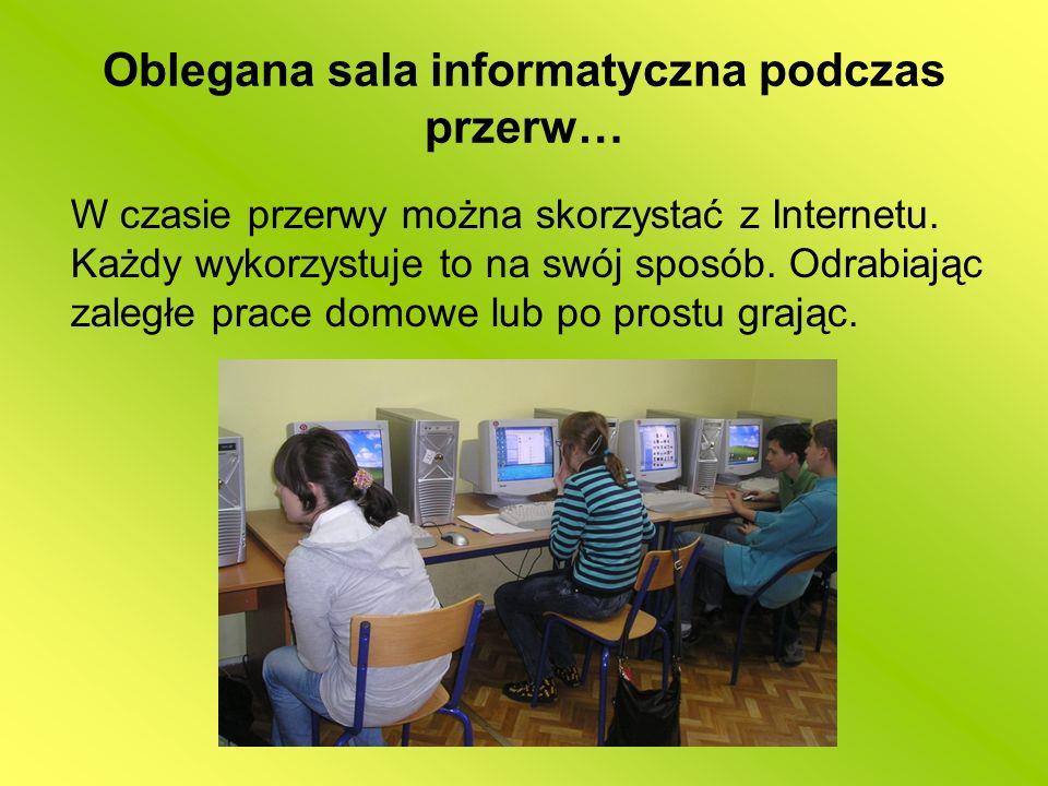 Oblegana sala informatyczna podczas przerw…