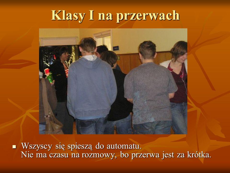 Klasy I na przerwach Wszyscy się spieszą do automatu.