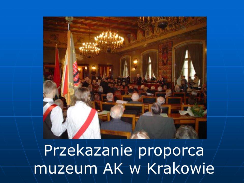 Przekazanie proporca muzeum AK w Krakowie