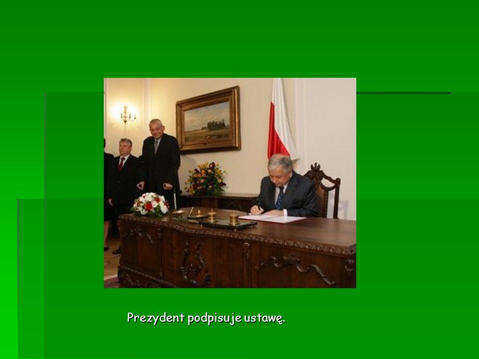 Prezydent podpisuje ustawę.