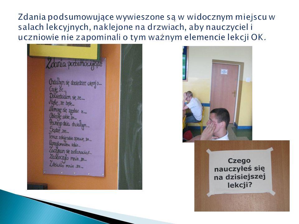 Zdania podsumowujące wywieszone są w widocznym miejscu w salach lekcyjnych, naklejone na drzwiach, aby nauczyciel i uczniowie nie zapominali o tym ważnym elemencie lekcji OK.