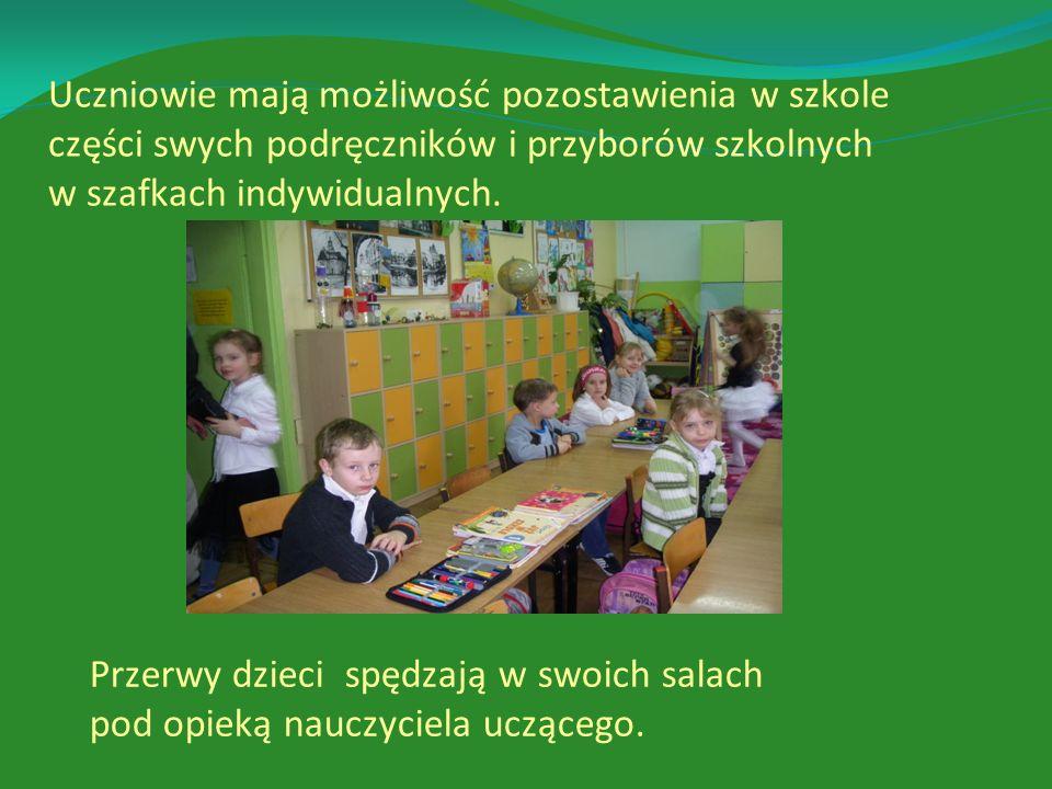 Uczniowie mają możliwość pozostawienia w szkole części swych podręczników i przyborów szkolnych w szafkach indywidualnych.