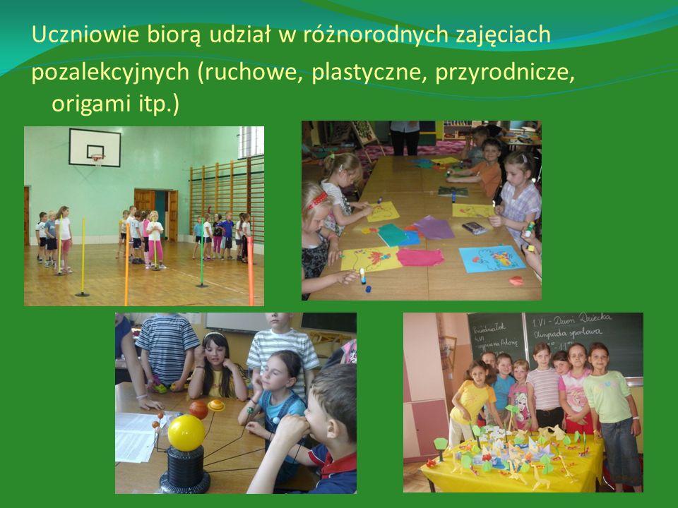 Uczniowie biorą udział w różnorodnych zajęciach pozalekcyjnych (ruchowe, plastyczne, przyrodnicze, origami itp.)
