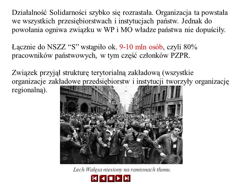 Lech Wałęsa niesiony na ramionach tłumu.