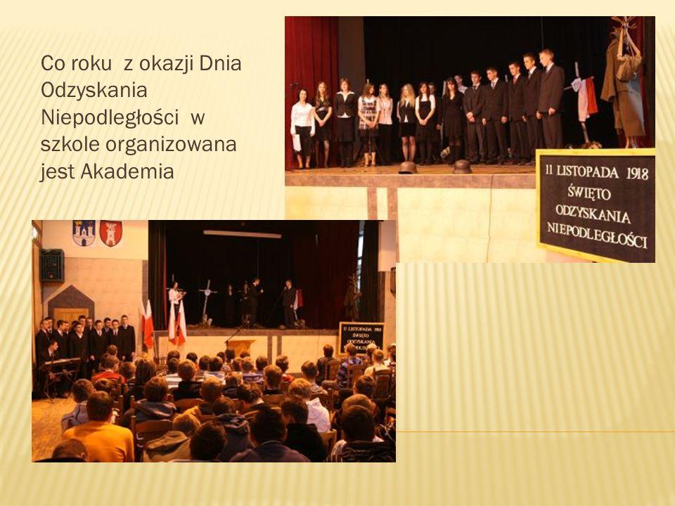 Co roku z okazji Dnia Odzyskania Niepodległości w szkole organizowana jest Akademia