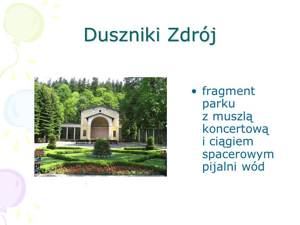 Duszniki Zdrój fragment parku z muszlą koncertową i ciągiem spacerowym pijalni wód.
