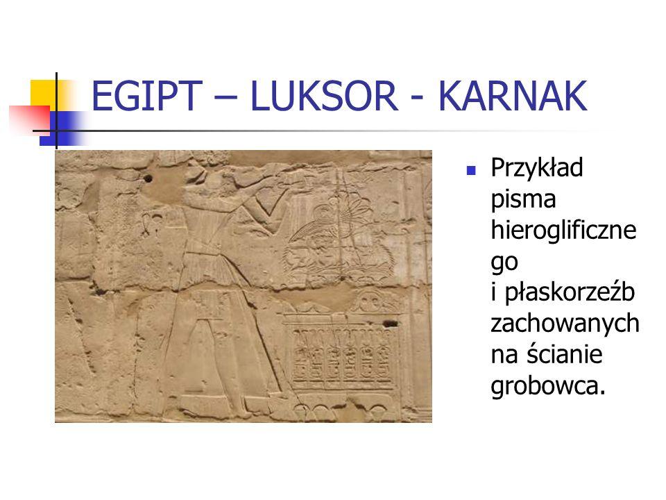 EGIPT – LUKSOR - KARNAK Przykład pisma hieroglificznego i płaskorzeźb zachowanych na ścianie grobowca.