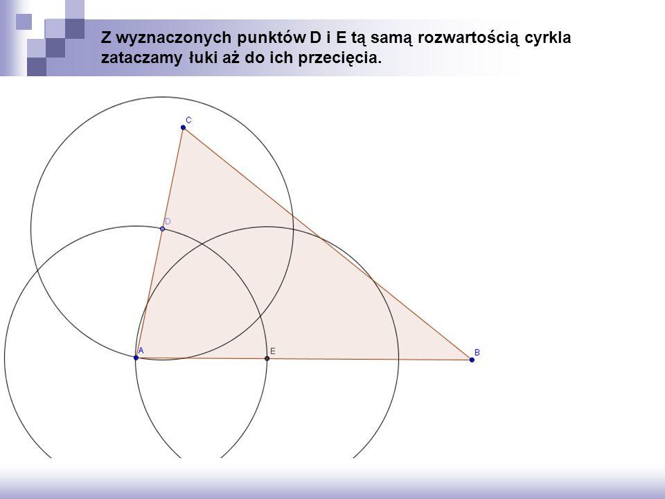 Z wyznaczonych punktów D i E tą samą rozwartością cyrkla zataczamy łuki aż do ich przecięcia.