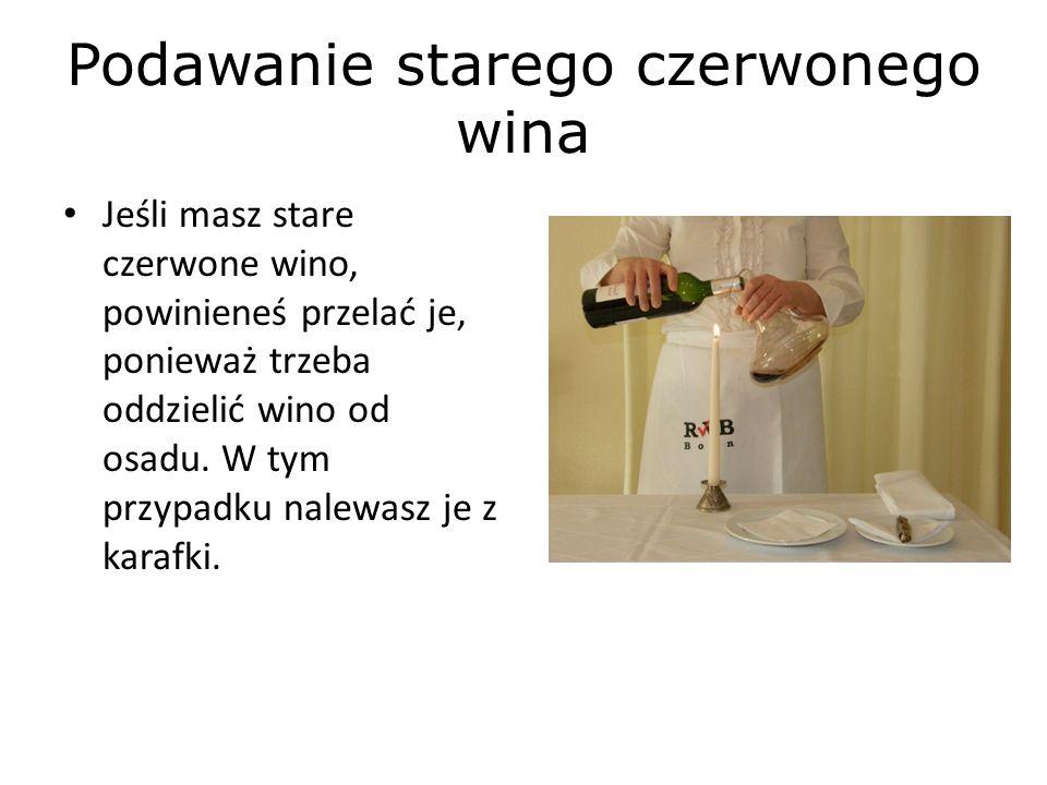 Podawanie starego czerwonego wina