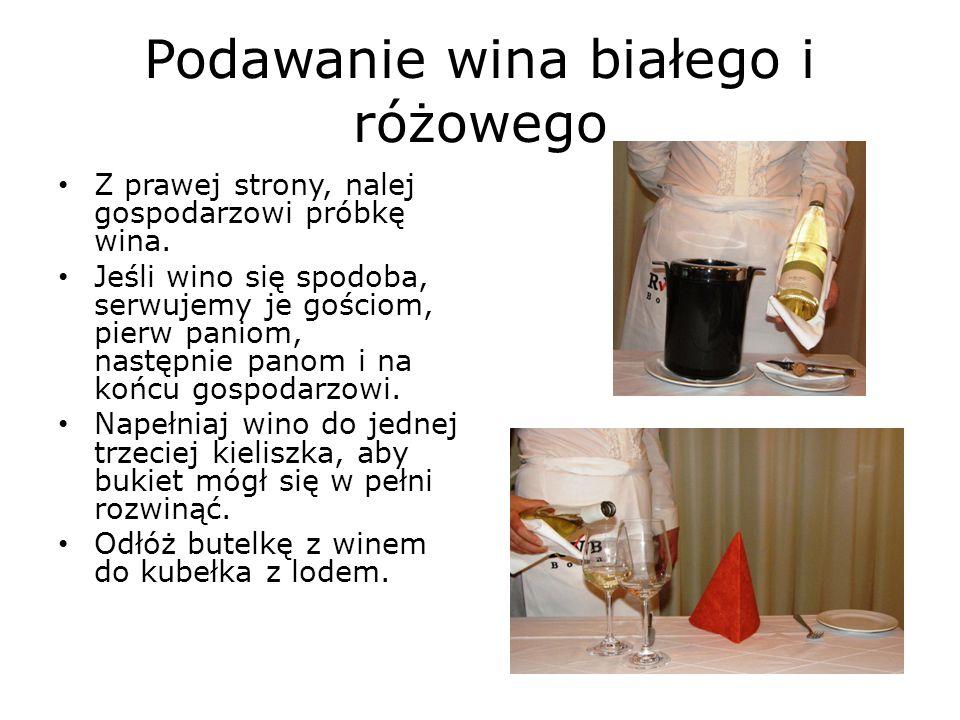 Podawanie wina białego i różowego
