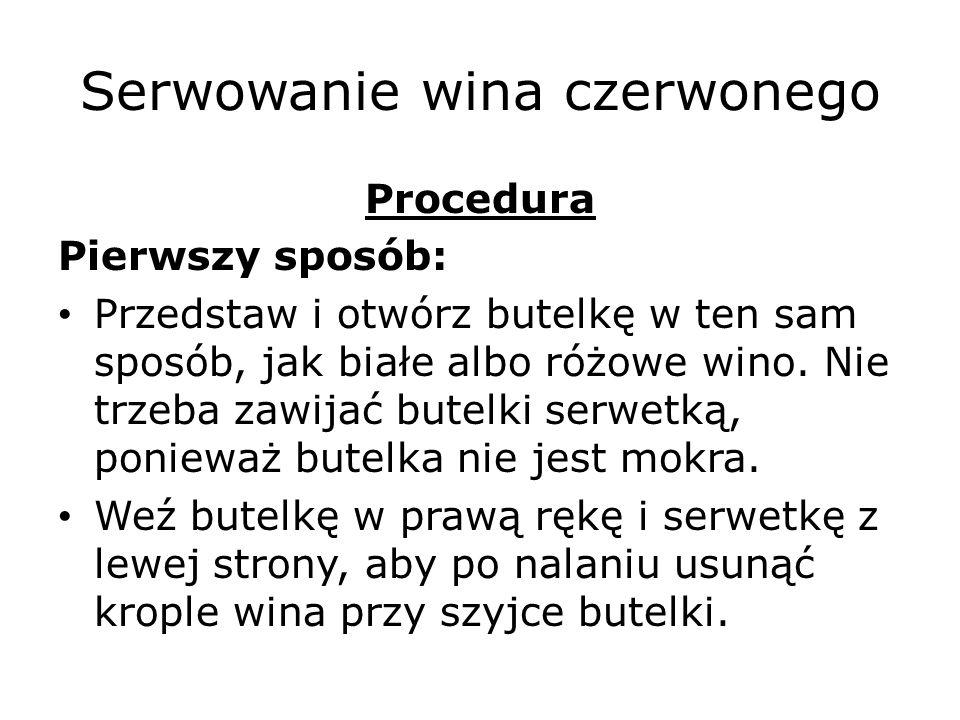 Serwowanie wina czerwonego