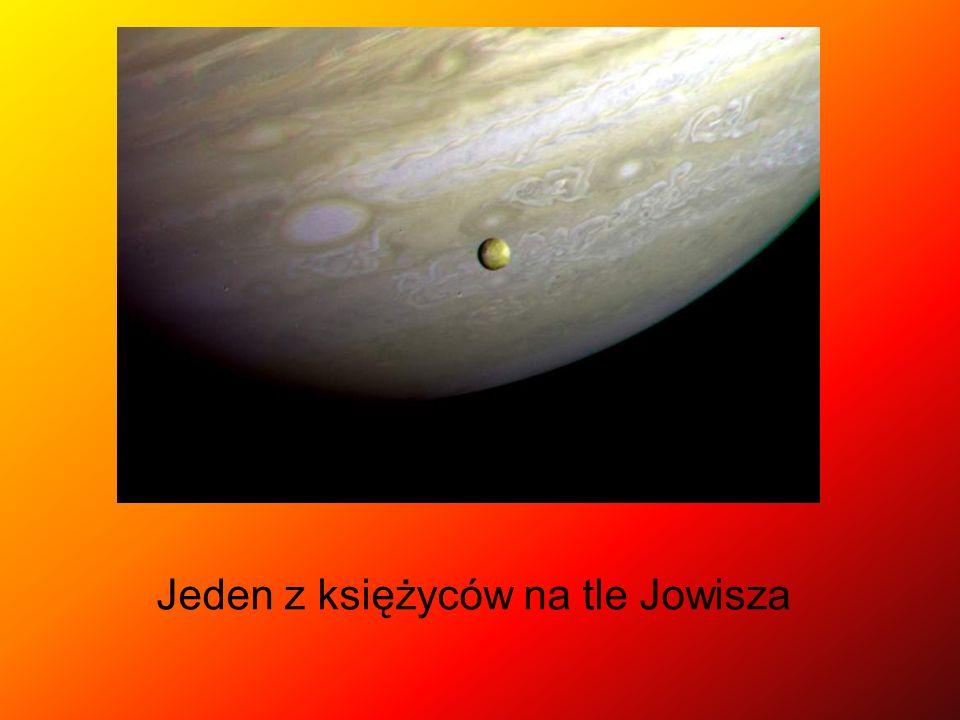 Jeden z księżyców na tle Jowisza