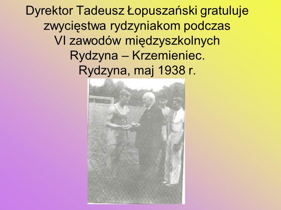 Dyrektor Tadeusz Łopuszański gratuluje zwycięstwa rydzyniakom podczas VI zawodów międzyszkolnych Rydzyna – Krzemieniec.