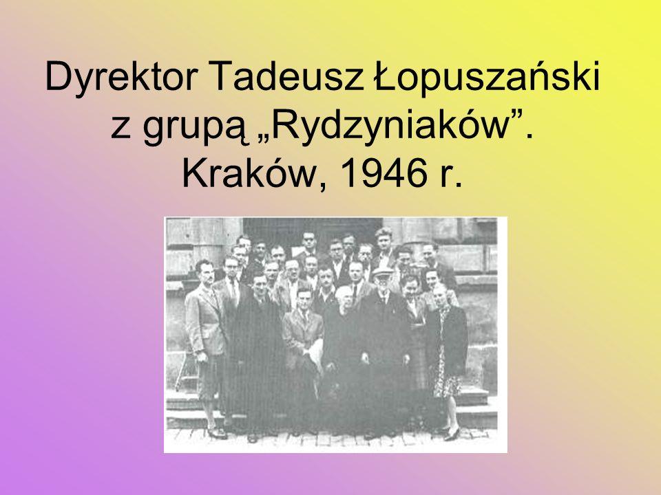"""Dyrektor Tadeusz Łopuszański z grupą """"Rydzyniaków . Kraków, 1946 r."""
