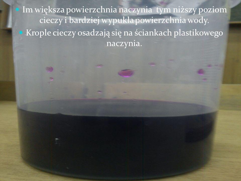 Krople cieczy osadzają się na ściankach plastikowego naczynia.