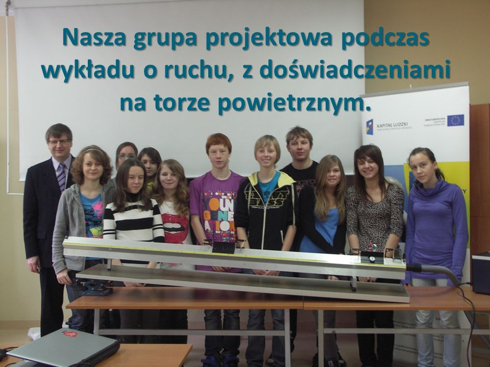 Nasza grupa projektowa podczas wykładu o ruchu, z doświadczeniami na torze powietrznym.