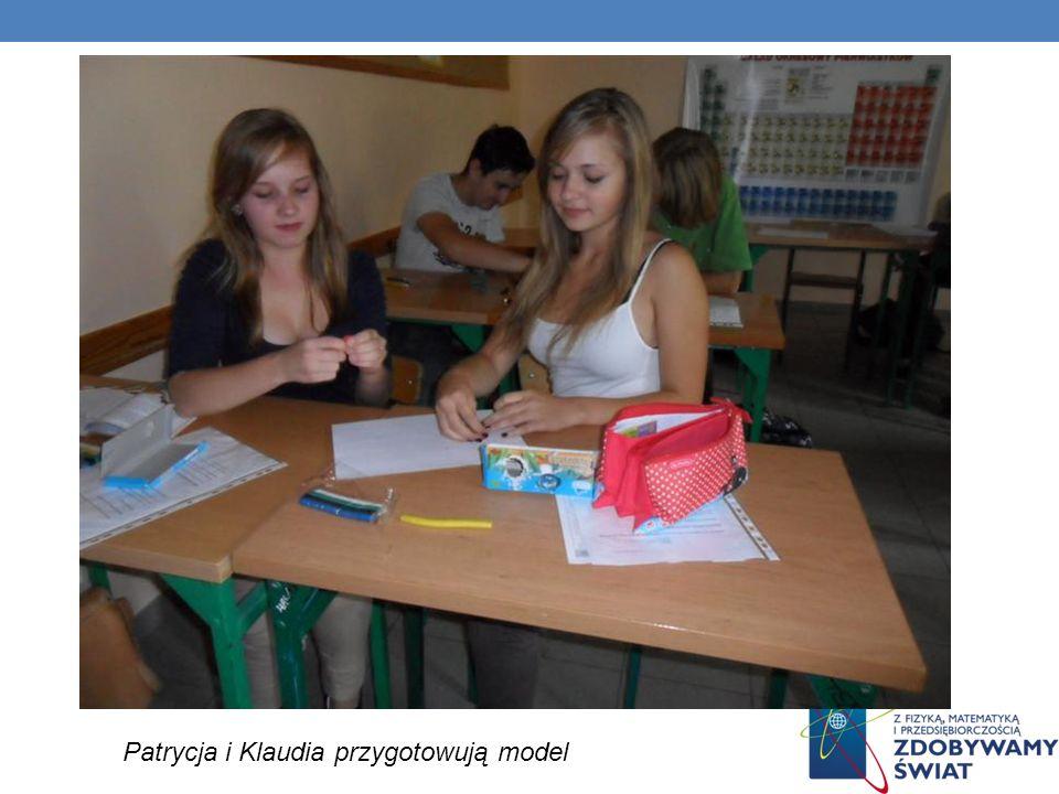 Patrycja i Klaudia przygotowują model
