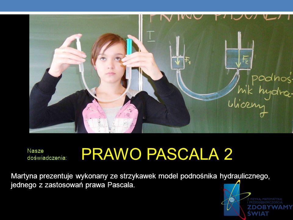 PRAWO PASCALA 2Nasze doświadczenia: Martyna prezentuje wykonany ze strzykawek model podnośnika hydraulicznego, jednego z zastosowań prawa Pascala.