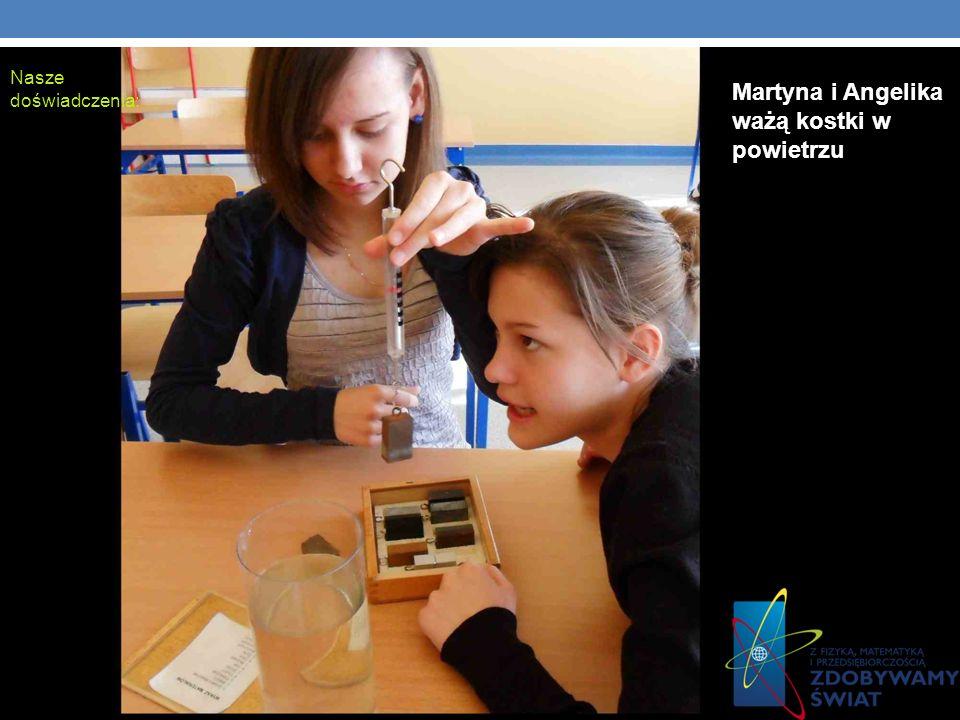 Martyna i Angelika ważą kostki w powietrzu