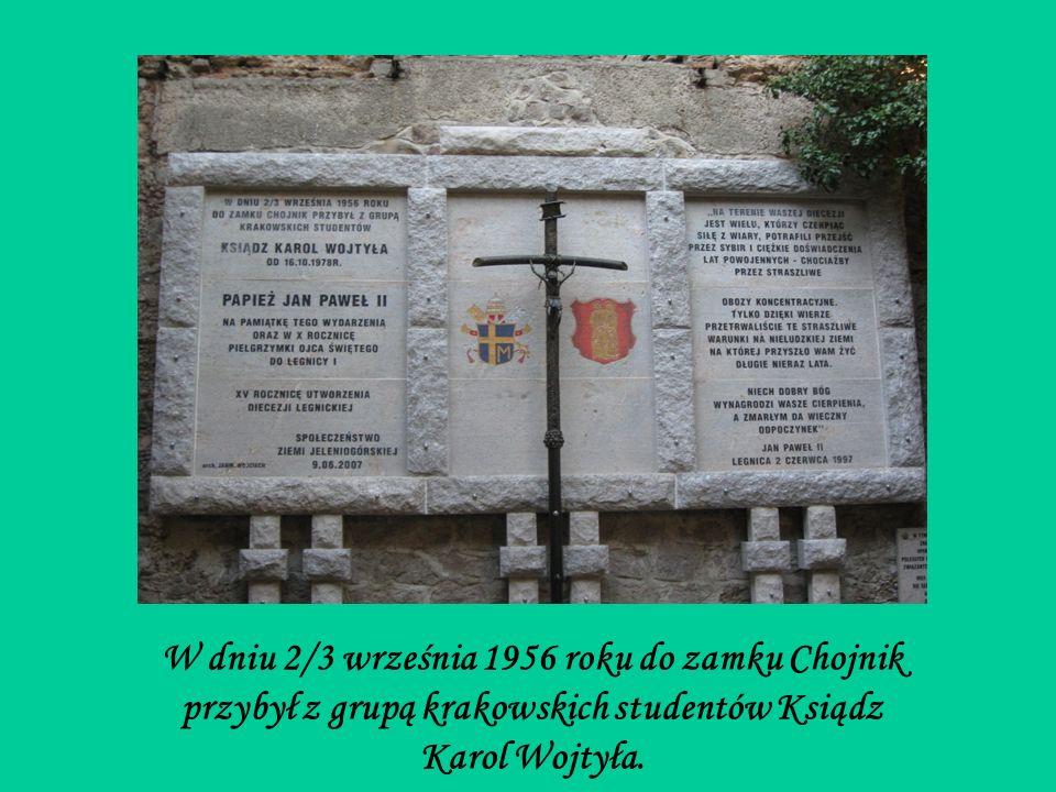 W dniu 2/3 września 1956 roku do zamku Chojnik przybył z grupą krakowskich studentów Ksiądz Karol Wojtyła.