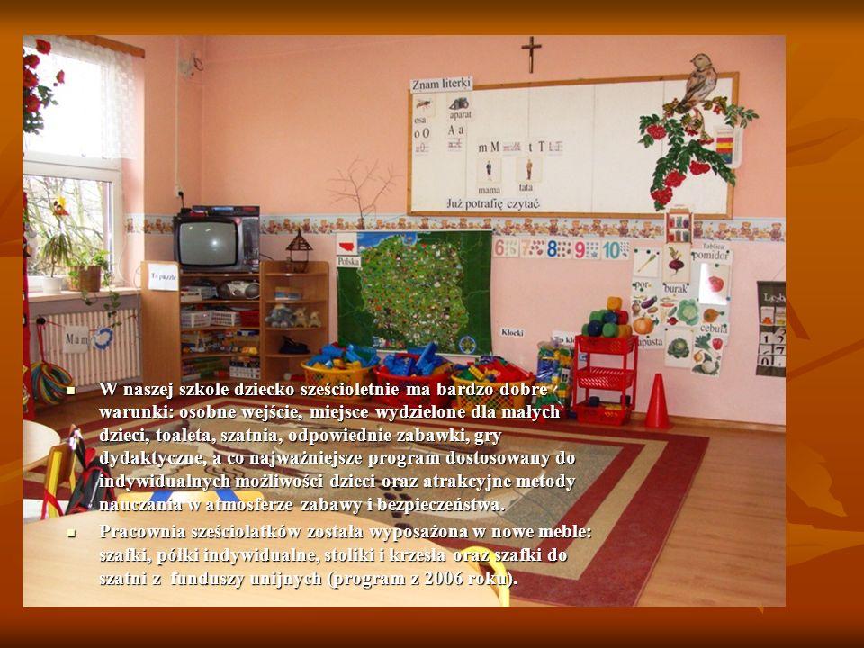 W naszej szkole dziecko sześcioletnie ma bardzo dobre warunki: osobne wejście, miejsce wydzielone dla małych dzieci, toaleta, szatnia, odpowiednie zabawki, gry dydaktyczne, a co najważniejsze program dostosowany do indywidualnych możliwości dzieci oraz atrakcyjne metody nauczania w atmosferze zabawy i bezpieczeństwa.