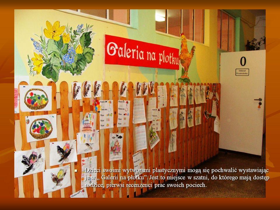 """Dzieci swoimi wytworami plastycznymi mogą się pochwalić wystawiając je w """" Galerii na płotku ."""
