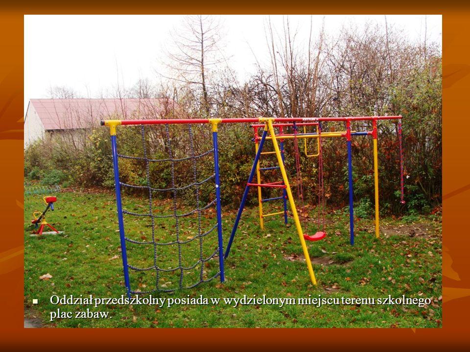 Oddział przedszkolny posiada w wydzielonym miejscu terenu szkolnego plac zabaw.