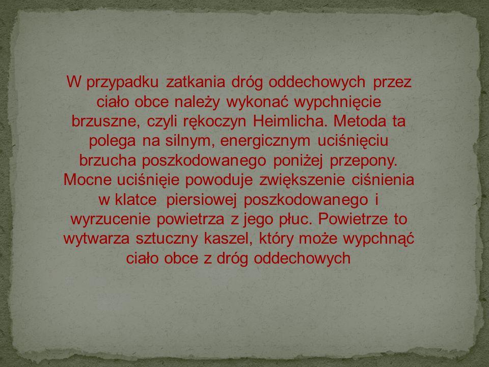W przypadku zatkania dróg oddechowych przez ciało obce należy wykonać wypchnięcie brzuszne, czyli rękoczyn Heimlicha.