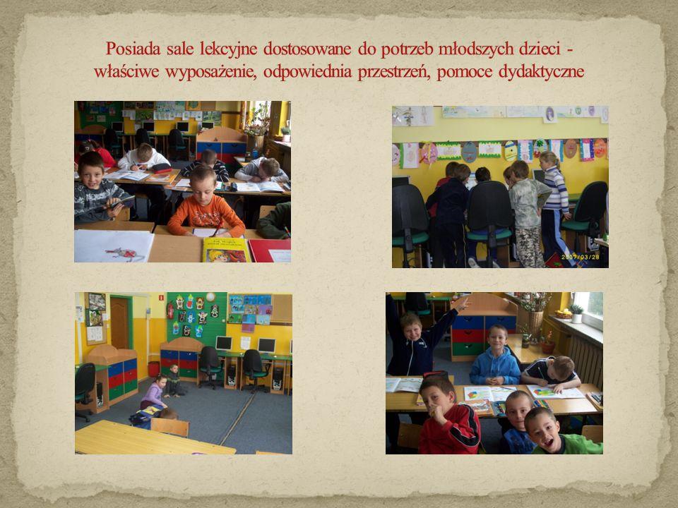 Posiada sale lekcyjne dostosowane do potrzeb młodszych dzieci - właściwe wyposażenie, odpowiednia przestrzeń, pomoce dydaktyczne