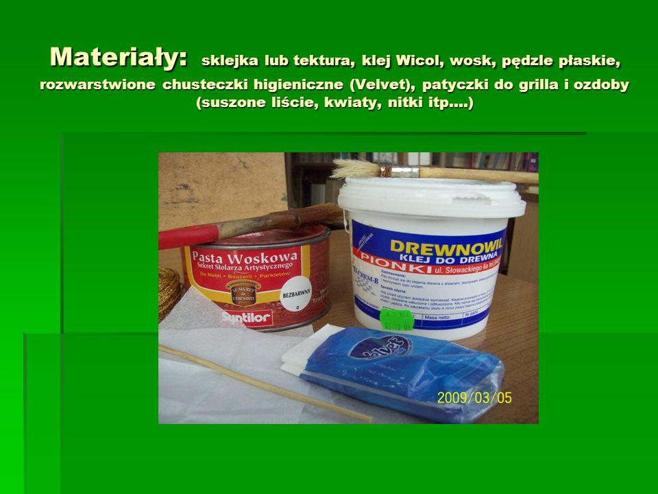 Materiały: sklejka lub tektura, klej Wicol, wosk, pędzle płaskie, rozwarstwione chusteczki higieniczne (Velvet), patyczki do grilla i ozdoby (suszone liście, kwiaty, nitki itp….)