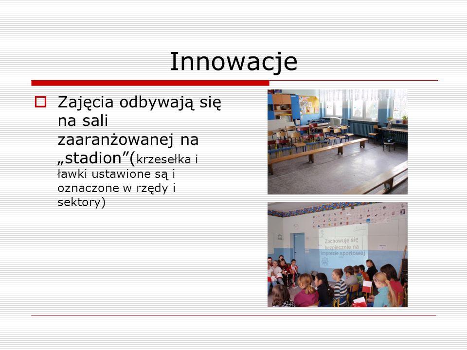 """InnowacjeZajęcia odbywają się na sali zaaranżowanej na """"stadion (krzesełka i ławki ustawione są i oznaczone w rzędy i sektory)"""